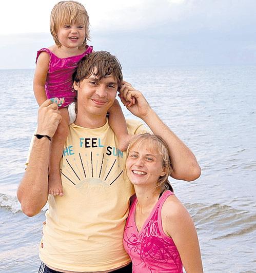 Александра, дочь от ТОКАРЕВА, с мужем и дочкой. Фото: vk.com