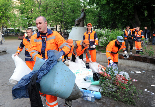 Уборка территории у памятника Абаю Кунанбаеву на Чистопрудном бульваре, где находился лагерь