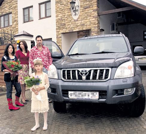 За 20 лет в браке Ирина и Валерий нажили не только трёх дочерей - Ингу (слева), Софью (справа) и Арину (внизу), но и внушительное состояние - на фоне своего дома на Рублёвке за $2 млн. и автопарка