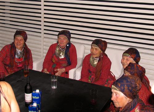 Бабули даже позволяют себе красное вино. Но только по чуть-чуть