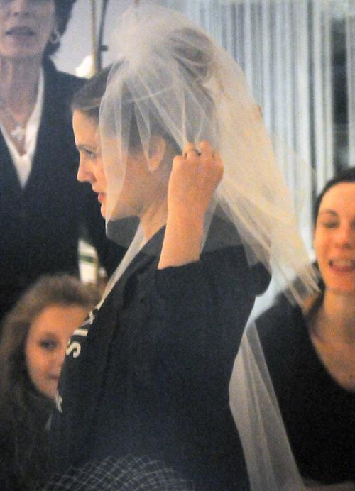 Невеста купила для свадебного торжества белую фату.