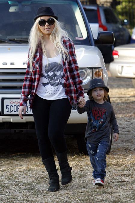 Кристину АГИЛЕРУ больше интересуют тусовки, чем её сын Макс