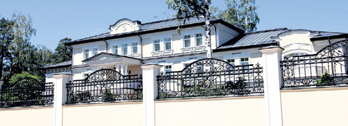 Окна певца выходят на дворец ШПИГЕЛЯ