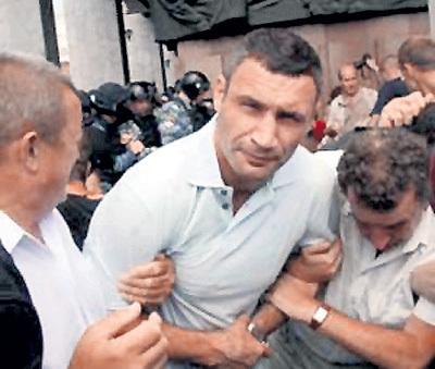 Перед Украинским домом Виталию КЛИЧКО намяли бока не как боксеру, а как политику. Фото: glavport.net