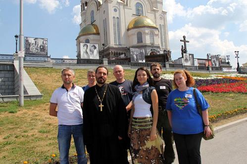 Молодожёны (Иван крайний слева, Катя – рядом со священником) променяли медовый месяц на тяжёлую многочасовую работу в лагере волонтёров