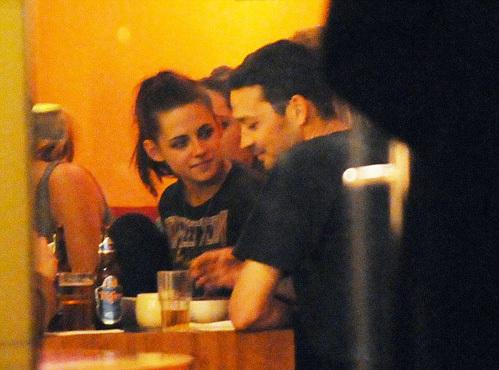 Папарацци не раз снимали Кристен и Руперта вместе, и уже тогда было заметно, что актриса бросает на режиссёра нежные взгляды