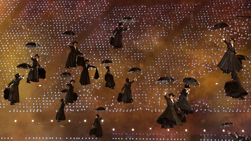 На стадион прилетели десятки Мэри Поппинс.