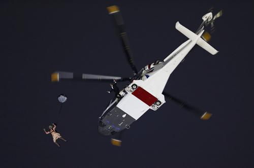 Над стадионом появился вертолет.