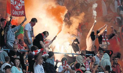 Фашиствующие молодчики позорят и футбольную команду и свою страну