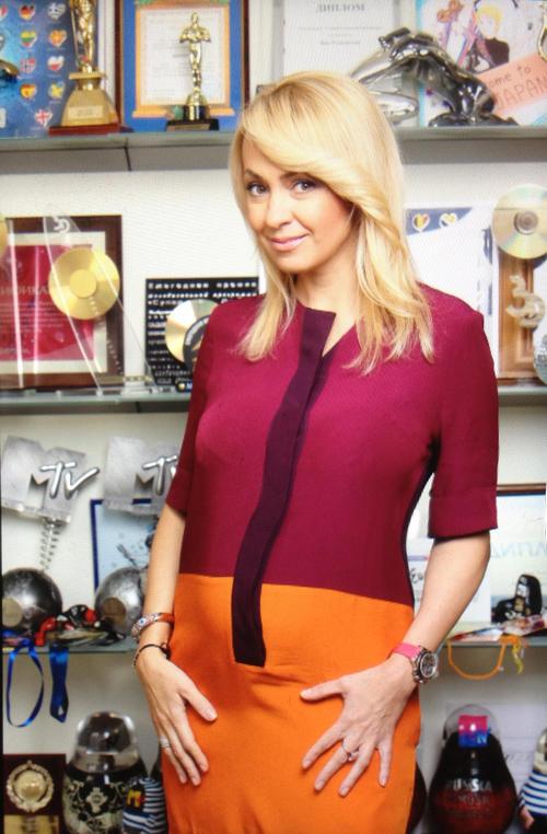 Яна РУДКОВСКАЯ выложила в Интернет свой снимок в облегающем платье.