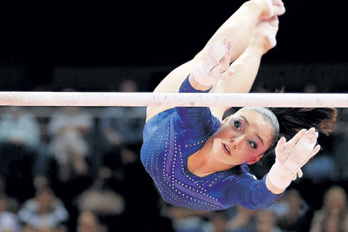 Алия выполняет на брусьях элементы «ультра-си» Фото: © Reuters