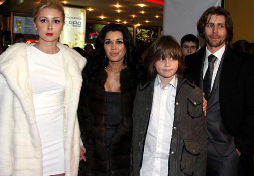 Анастасия ЗАВОРОТНЮК с мужем Петром ЧЕРНЫШЁВЫМ, дочерью Анной и сыном Майком (фото Ларисы КУДРЯВЦЕВОЙ)