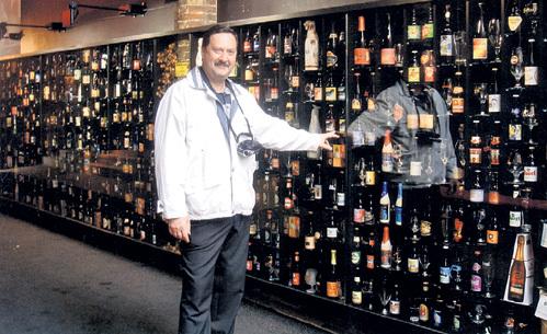 В пивной в Брюгге выставлены в витрине три сотни сортов пива, которые предлагают посетителям