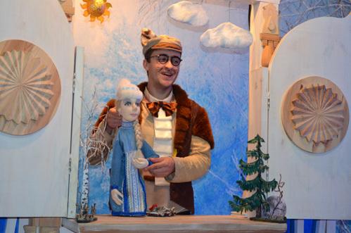 Помощник Снегурочки Кот – Баюн своей оригинальной манерой рассказывать сказки долго держит внимание юных гостей.
