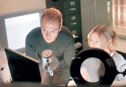 В триллере «Белый шум» (2005 г.) герои угадывали силуэты близких в картинках на экране телевизора