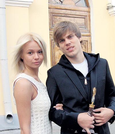 …а потом переключился на другую блондинку, Кристину. Но в Майами её не взял