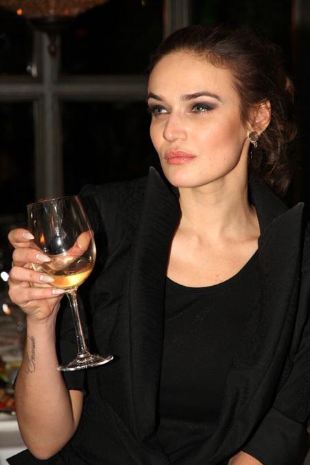 2 Алена пила белое вино...