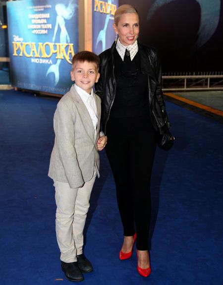 Алёна СВИРИДОВА с младшим сыном (фото Ларисы КУДРЯВЦЕВОЙ)