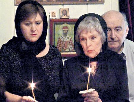 Крестная дочь Дарья рядом с Верой Кузьминичной и в радости и в горе (отпевание Владимира УШАКОВА, 2011 г.)