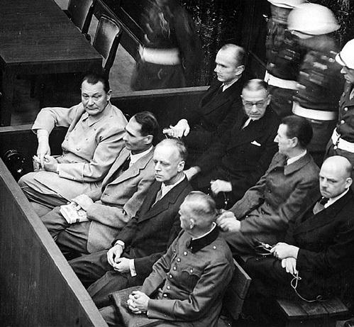 Когда Герману ГЕРИНГУ (слева в первом ряду) отказались заменить повешение на расстрел, он разгрыз капсулу с ядом