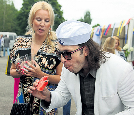 На традиционном «Рыбном дне» в посёлке Рагациемс Александр РЕВВА лакомился арбузом...