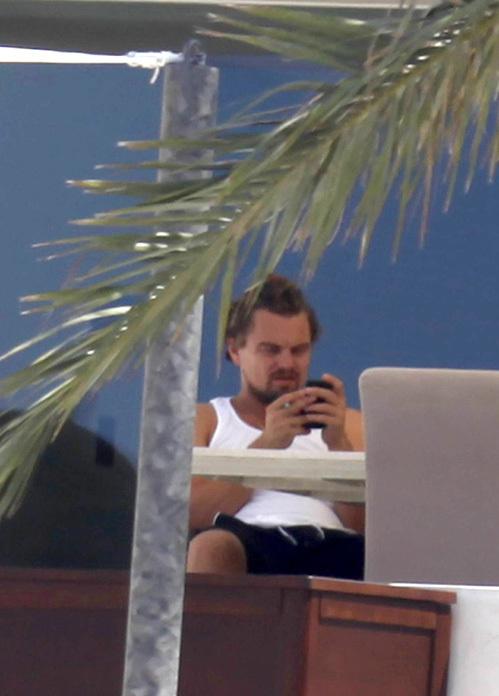 Пока его подруга плавает, Лео предпочитает лежать на диванчике с телефоном