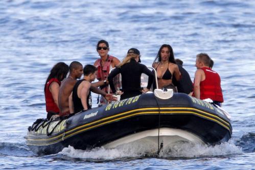 Мадонна и Лурдес на лодке
