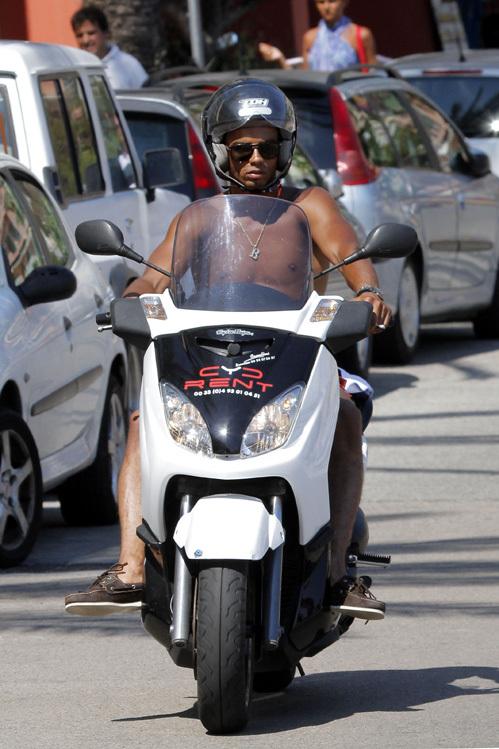 Любовник Мадонны Брахим ЗАИБАТ рассекает по набережной на мотоцикле