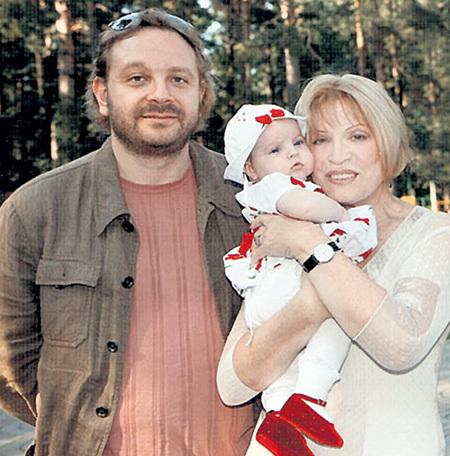 Максим МАКСАКОВ с двумя Людмилами - мамой и племянницей. Фото: maksakova.ru