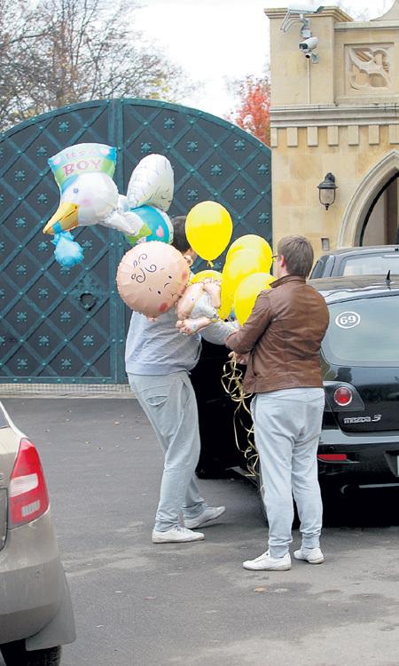 Подарки и связка воздушных шаров от Николая БАСКОВА еле уместились на заднем сиденье машины