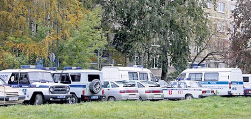 Места перед домом, где живёт Екатерина КОМЛЕВА, заняты служебным автотранспортом. Фото: ura.ru
