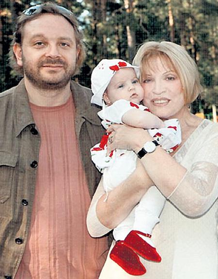 Актриса с сыном и внучкой Людочкой. Фото: maksakova.ru