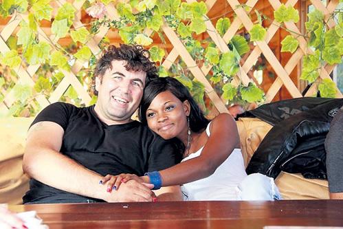 Анатолий ПАНОВ надеялся на помощь Первого канала, пообещавшего оплатить перелет его жены Аудрей из Конго, но в последний момент телевизионщики пожалели денег