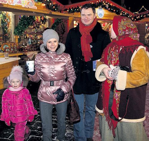Фигуристы Мария ПЕТРОВА и Алексей ТИХОНОВ на ярмарку пришли с трёхлетней дочкой Полиной