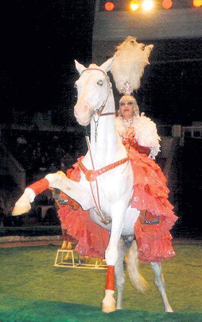 Дрессировщица Инесса ТРАХТЕНБЕРГ верхом на Султане (фото из личного архива артистки)