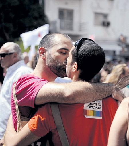 Гей-браки законом не признаны...
