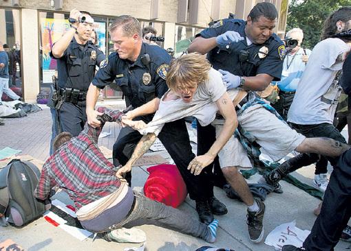 Американские копы с демонстрантами не церемонятся