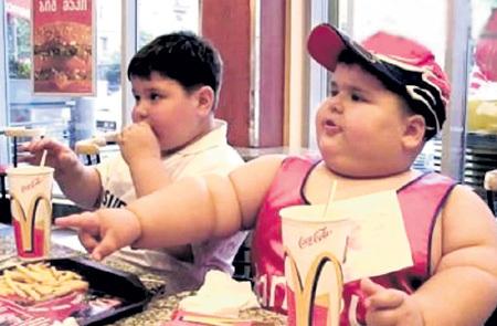 Во многих семьях до сих пор считают, что толстый ребёнок - здоровый ребёнок. И пичкают чадо калорийной гадостью