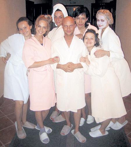 Дмитрий ХРУСТАЛЁВ среди своих девочек - как в гареме
