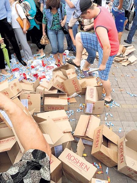 Жители Донецка выместили на конфетах всю накопившуюся к фашистскому режиму ненависть