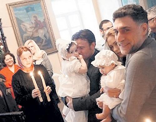 На крестины малышки Серафимы пришла вся семья. Крестной мамой выбрали Екатерину ВУЛИЧЕНКО. Фото: Vk.com