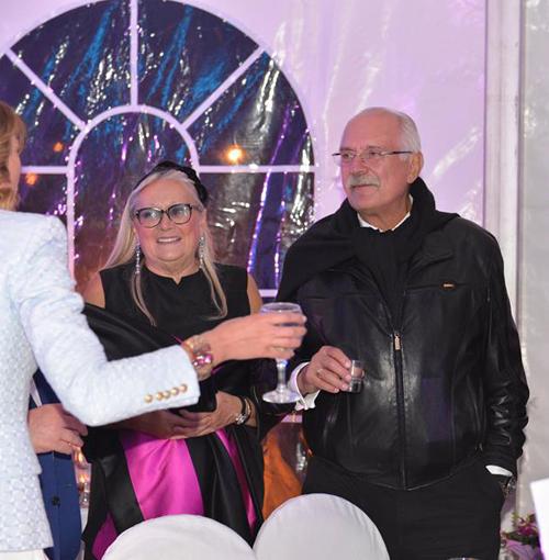 Никита Михалков и его супруга Татьяна подняли тост за здоровье молодых.
