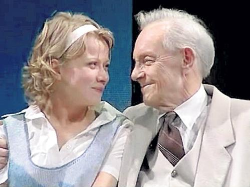 С Кириллом ЛАВРОВЫМ в спектакле «Перед заходом солнца» (2000 г.)
