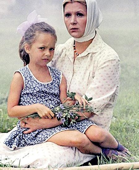 Маленькая Юля очень комфортно себя чувствовала в кадре с Галиной ПОЛЬСКИХ... Фото: Kino-teatr.ru