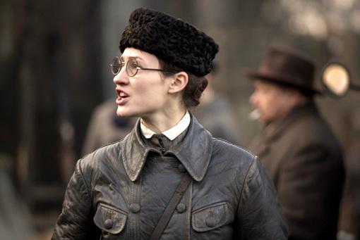 ...и в фильме: такие очки «фурия красного террора» носила  в старости, став заместителем Председателя Народных комиссаров СССР