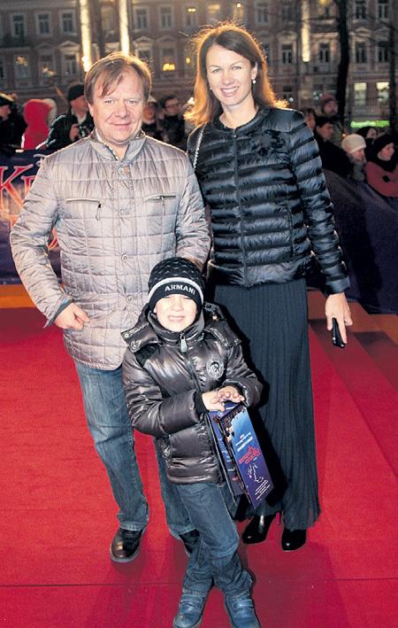 Счастливая семья: музыкант с супругой и сыном