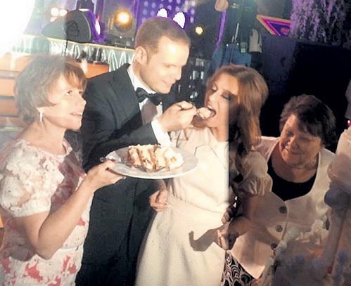 По старинной традиции невеста продемонстрировала отличный аппетит, а следовательно - и задатки замечательной домашней хозяйки