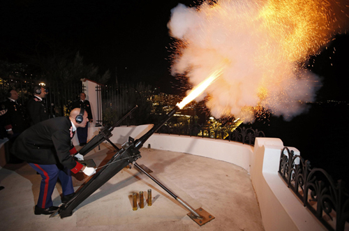 В честь рождения наследников палят пушки. Фото: Reuters