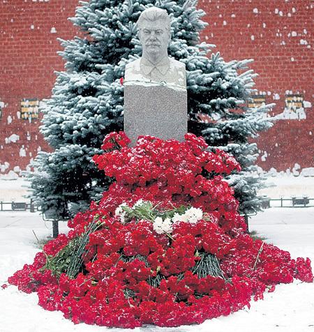 Акция «Две гвоздики для товарища Сталина», проходившая в день памяти вождя, показывает истинный размер народной любви и благодарности. Могила утопает в цветах