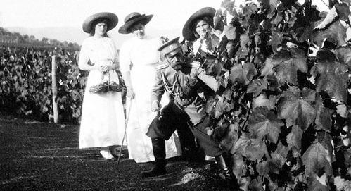 В 1912 году Николай II получил в дар от князя Льва ГОЛИЦЫНА часть его крымского имения Новый Свет с виноградниками и заводом